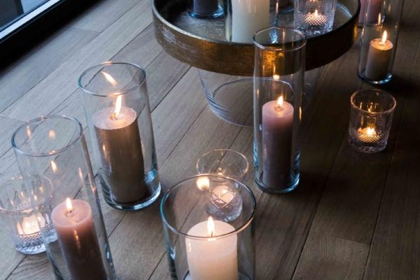 Kaarsen in raam bovenaf