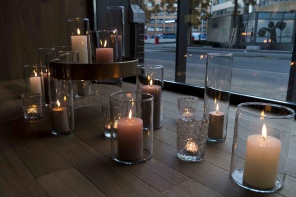 Kaarsen in raam