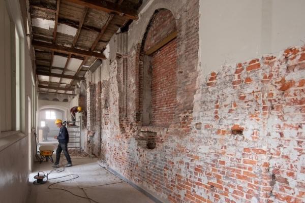 Restant middeleeuwse kloosterkerkmuur foto Laurens Mulkens