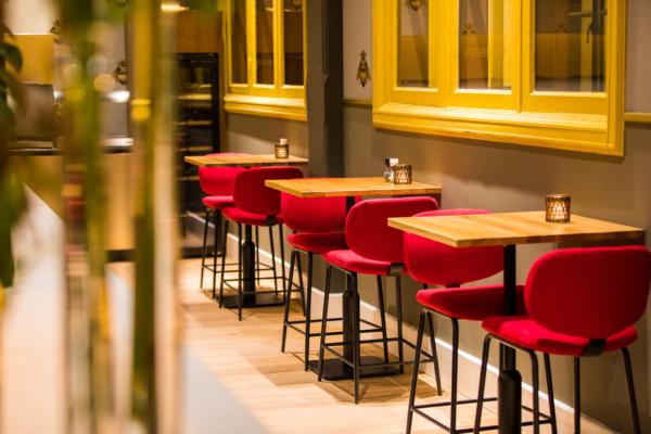 Twycer - Brasserie Rita rode stoelen DOMUSDELA